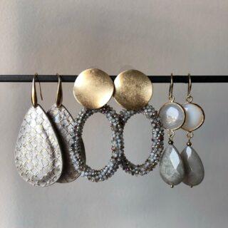 Deze grijze oorbellen met gouden details zijn mooi te combineren bij een winterse outfit. In onze webshop vind je nog veel meer oorbellen in de kleur grijs 🤍 • • • #orbelle #oorbellenwebshop #sieradenwebshop #accessoires #onlineshoppen #maximaoorbellen #stijlvolleoorbellen #grijzeoorbellen #goudendetails #instaearrings #earringsoftheday #stijlvolleaccessoires #jewellerytrends #fashiontrends #statementearrings #satinjewellery #earrinfgoftheday #fashionista #fashionmusthave #uniekeoorbellen #statementearrings #leeroorbellen #edelsteenoorbellen #candyoorbellen #candyearrings #earparty #oorbellenboutique #oorbellenvoorjou #oorbellenshop