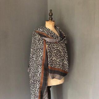Sjaals Hebben jullie al onze nieuwe sjaals online gezien? 🤩  In de webshop vind je sjaals voor binnen en buiten. Maak je outfit helemaal af met een unieke sjaal, zoals deze sjaal met panterprint en mooie details 🐆 Je shopt deze sjaal voor €19,50. • • • #orbelle #oorbellenwebshop #sieradenwebshop #accessoires #satinjewellery #maximaoorbellen #stijlvolleoorbellen #tassen #ootd #sjaalmetprint #stijlvollesjaals #onlineshoppen #stijlvolleaccessoires #panterprint #sjaalmetdierenprint #autumn #najaarscollectie #herfst #najaarsmode #najaarsfashion #shoplocal #jewellerytrends #fashiontrends #satinjewellery #fashionista #fashionmusthave