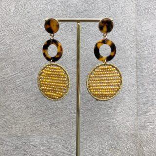 #earcandy 💛 We hebben veel unieke oorbellen in de webshop, zoals deze combinatie van look-a-like buffelhoorn met candy hangers. Deze statement oorbellen maken je outfit helemaal af. De oorbellen zijn licht van gewicht en dus met veel plezier te dragen. Wat vind jij van deze earcandy? Shop je ze nu: https://orbelle.nl/product/candy-oorbellen-geel-panterprint/ • • • #orbelle #oorbellenwebshop #sieradenwebshop #accessoires #onlineshoppen #maximaoorbellen #stijlvolleoorbellen #candyoorbellen #panterprint #candy #earringoftheday #ootd #instaearring #geel #bruin #statementoorbellen #stijlvolleaccessoires #jewellerytrends #fashiontrends #statementearrings #satinjewellery #earrinfgoftheday #fashionista #fashionmusthave #uniekeoorbellen