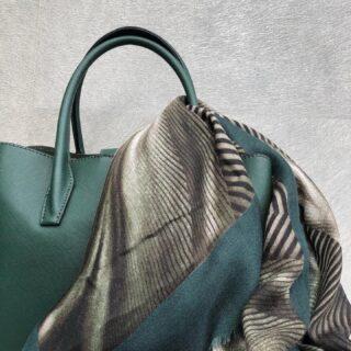💚 NEW ITEMS 💚 Deze week komen er nieuwe sjaals en tassen in mooie najaarskleuren in de webshop.  Maak je outfit helemaal af met deze groene tas en bijpassende sjaal. De tas is van vegan leer gemaakt en heeft twee grote vakken en in het midden een klein vak met rits. De sjaal is van een zachte stof en heeft een prachtige print die je bij veel outfits kunt combineren.  De kleur groen zagen we al veel in de zomer, maar blijft het ook een trend deze herfst/winter. Wat is jouw favoriete najaarskleur? 🍂 • • • #orbelle #oorbellenwebshop #sieradenwebshop #accessoires #satinjewellery #maximaoorbellen #stijlvolleoorbellen #tassen #ootd #groenetas #groenesjaal #najaarsfashion #najaarsitems #najaarscollectie #najaar2020 #groen #sjaalmetprint #stijlvolletassen #stijlvollesjaals #onlineshoppen #stijlvolleaccessoires #jewellerytrends #fashiontrends #fashionista #fashionmusthave