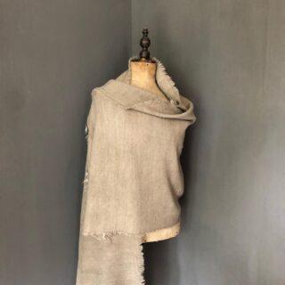 Neutrals 🤍 Dé kleur die de rest van de kleuren verbindt is beige. Van gebroken wit tot crème, van een lichte khaki tot parelmoer. Deze kleur kun je met opvallende kleuren combineren, maar van top tot teen in beige vinden we minstens zo mooi💫 Shop deze prachtige sjaal voor €19,95 in onze webshop: https://orbelle.nl/product/sjaal-light-grey/ • • • #orbelle #oorbellenwebshop #sieradenwebshop #accessoires #satinjewellery #maximaoorbellen #stijlvolleoorbellen #tassen #ootd #stijlvollesjaals #onlineshoppen #tassenmetkorting #stijlvolleaccessoires #jewellerytrends #fashiontrends #satinjewellery #fashionista #fashionmusthave #autumn #beige #neutrals #autumfashion #trending #uniekesjaal #warmesjaal #ownyourstyle #yourstyle